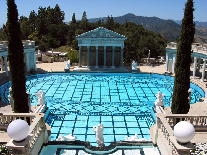 Bild; Quelle: http://www.burnszilla.com/photos/hearstphotos/images/hearst_castle_roman_pool.jpg